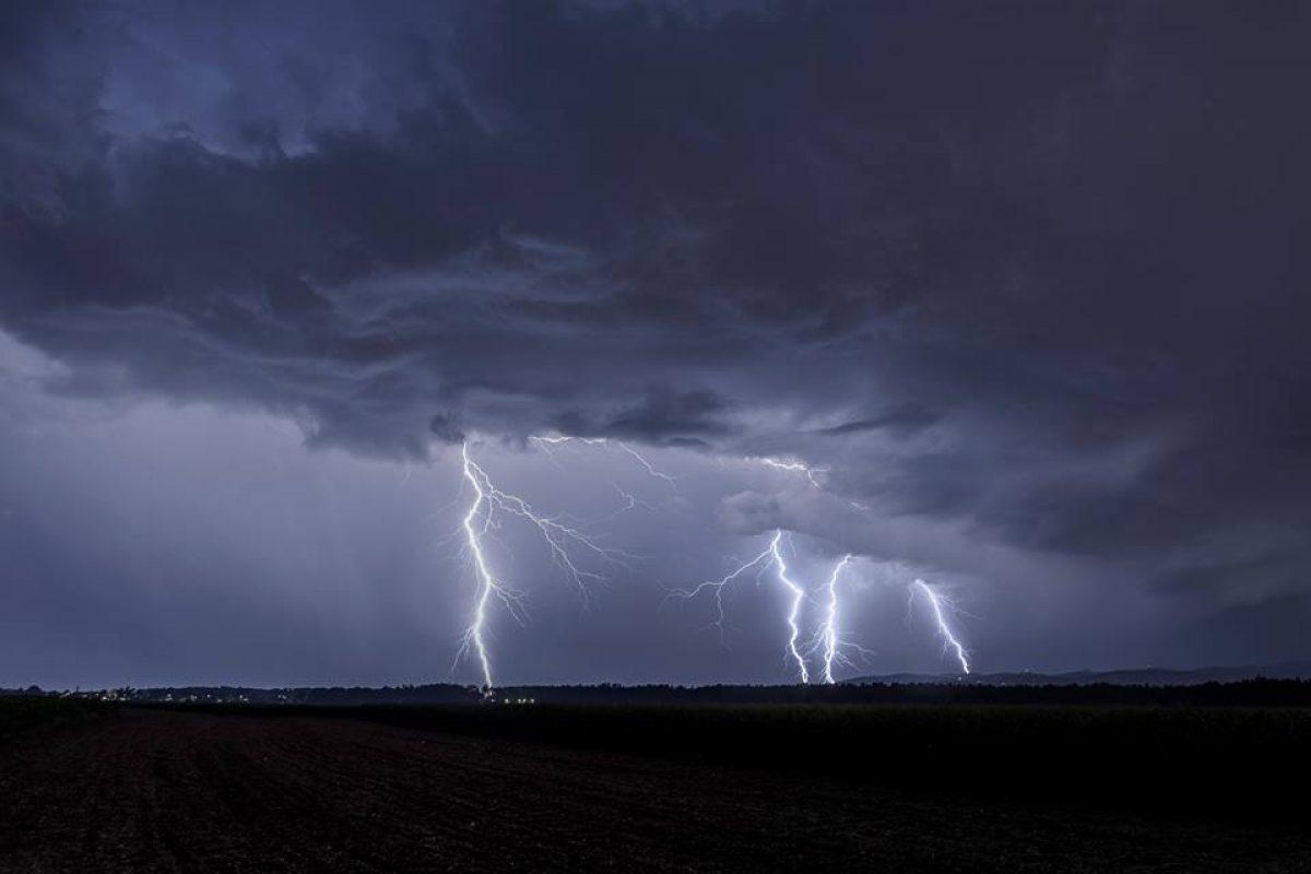V noči na soboto nas bo od zahoda prešla hladna fronta, ponekod tudi nevihte