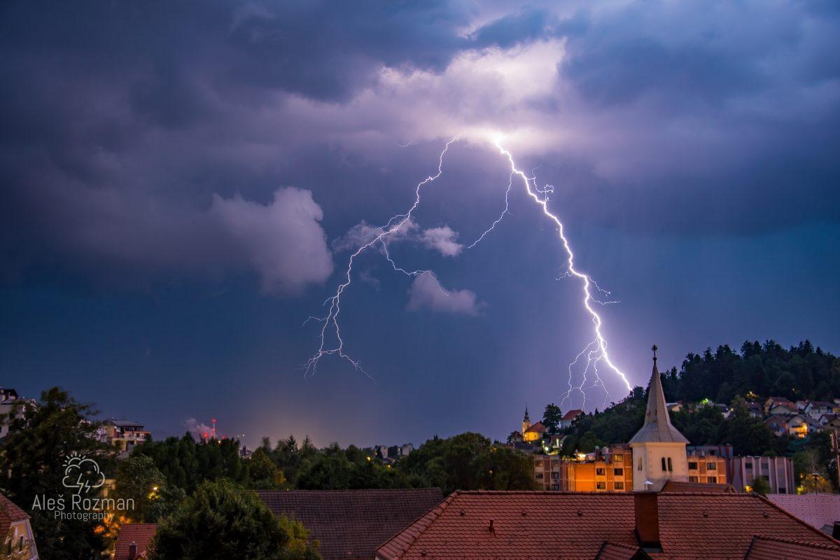 Nad območjem Slovenije z okolico je včeraj zvečer udarilo preko 40.000 strel, dež je vsaj ponekod omilil hudo sušo