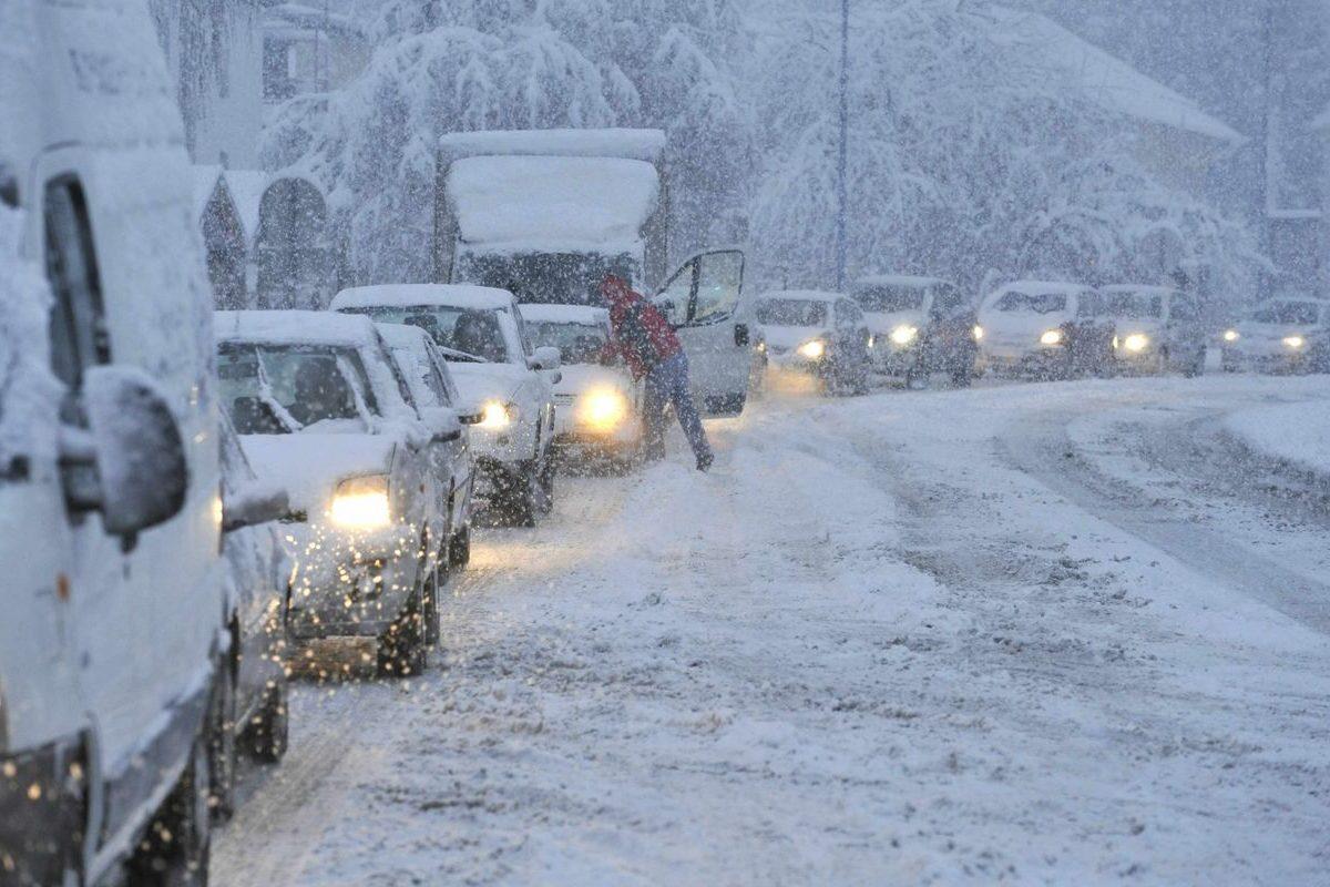 Sneženje v petek bo obilno, pričakovati je kaos na cestah