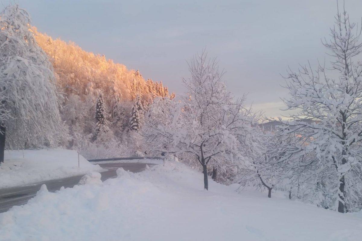 Severna stran Alp je pred novim obilnim sneženjem, pri nas pa bo suho še do petka