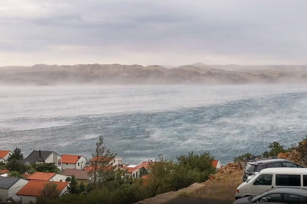 VIDEO: Orkanska burja na Hrvaškem, Ribarica pod Velebitom (07.07.2020)